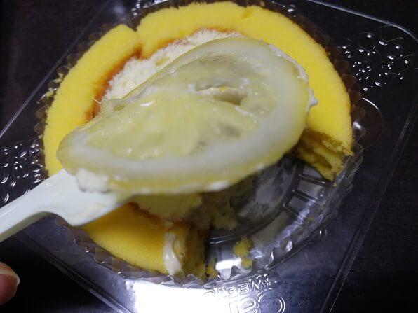 ローソンの輪切りレモンロールケーキのシロップ漬けレモン