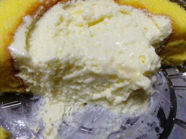 ローソンの輪切りレモンロールケーキ食べかけ